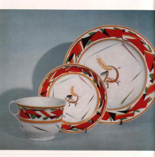 """Иллюстрация 6. Тарелка и чашка """"Красная лента"""". 1919 г. С.В. Чехонин."""